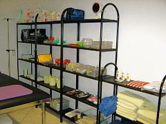 mittlerer Behandlungsraum mit Schröpfkopfen, Baunscheidtgerät, Akupunkturnadeln, Moxa, Ölen
