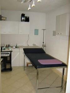 Behandlungsraum mit HOT – Gerät (Blut-Sauerstoff-Gerät) und Laborbereich, Infusionsraum